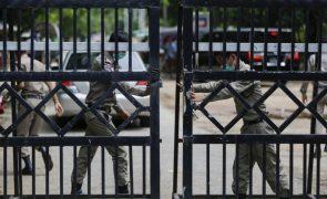 Junta militar liberta menina de 5 anos detida na sequência de protestos em Myanmar
