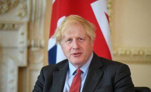 Covid-19: PM britânico diz que vacinação permitirá às pessoas viajarem