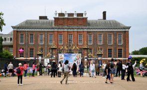 William e Harry inauguram estátua em homenagem à princesa Diana