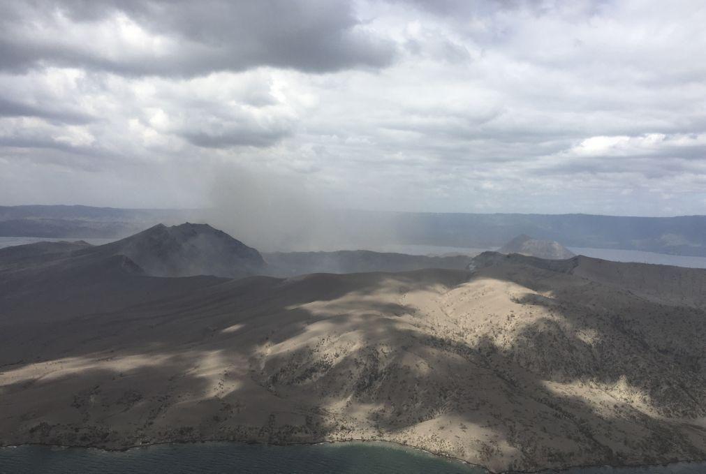 Vulcão perto de Manila lança vapor e cinzas. Milhares de residentes retirados