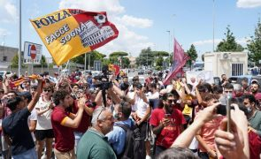 Mourinho recebido por centenas de adeptos na chegada a Roma