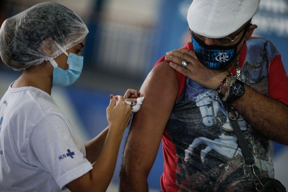 Vacinas AstraZeneca fora de prazo administradas a milhares de pessoas no Brasil