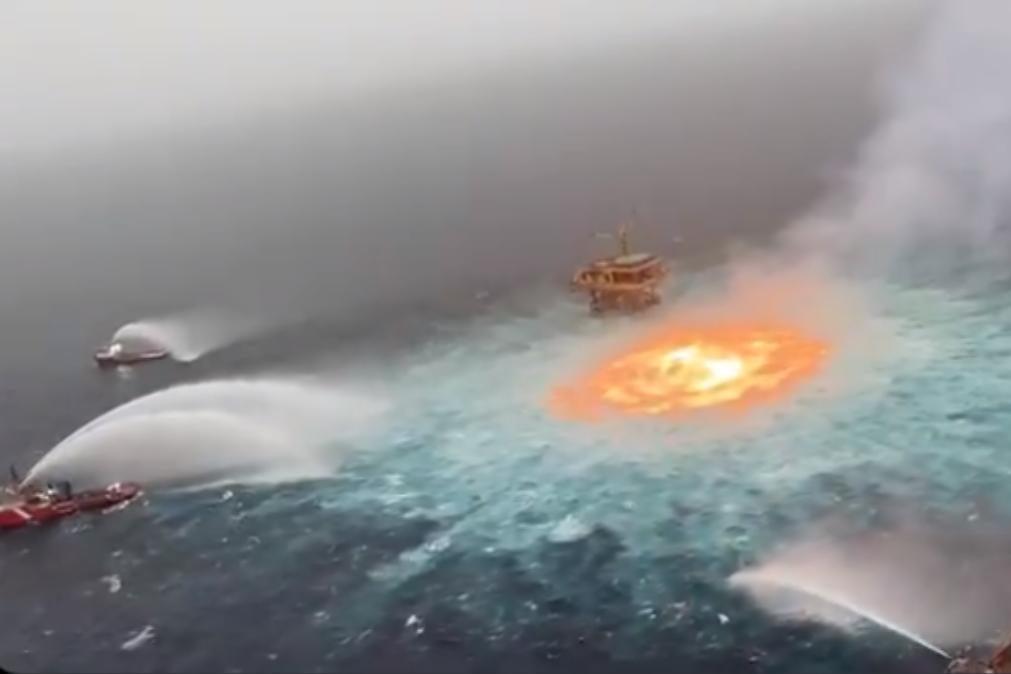 As incríveis imagens de um incêndio em pleno Golfo do México