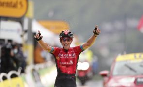 Teuns impõe-se na oitava etapa do Tour, Pogacar veste a amarela