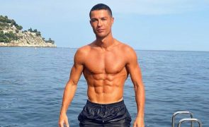 Cristiano Ronaldo mostra abdominais e deixa fãs a babar