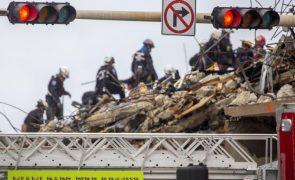 Mais três cadáveres descobertos após demolição do resto do prédio na Florida