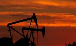 Petróleo Brent permanece em máximos, depois de novo fracasso da OPEP+
