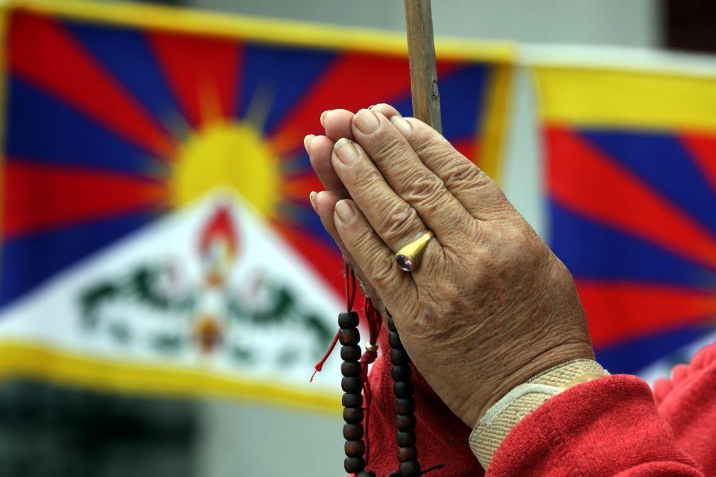 Autoridades chinesas processam monges tibetanos por