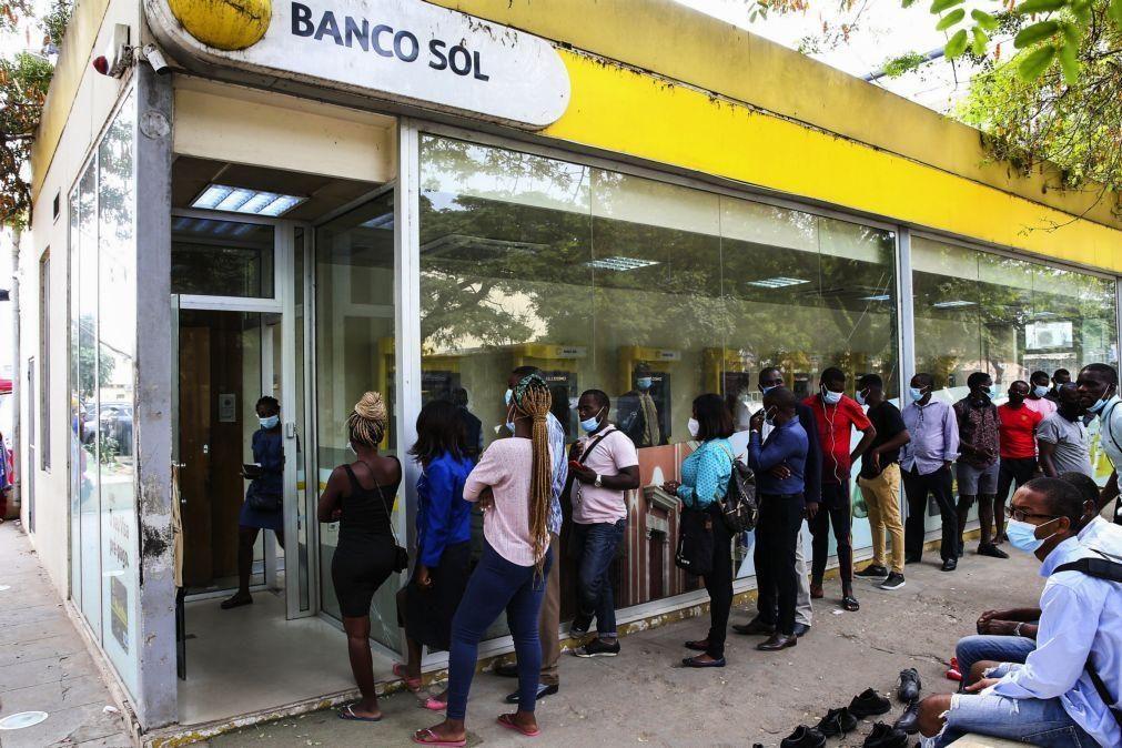 Angolanos irritados com enchentes nas caixas automáticas pedem explicações