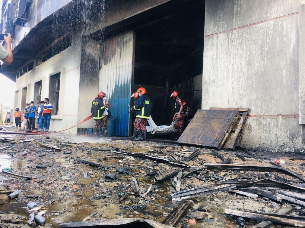 Pelo menos 49 mortos em incêndio numa fábrica no Bangladesh