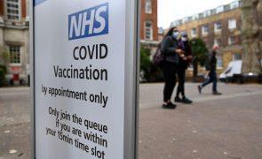 Covid-19: Reino Unido quer reduzir intervalo entre as duas doses da vacina