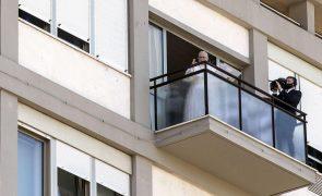 Papa reaparece na varanda de hospital e pede saúde de qualidade para todos