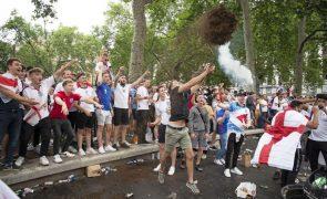Euro2020: Adeptos tentam furar barreiras segurança para entrar em Wembley