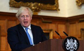 Covid-19: PM britânico admite voltar a impor restrições se pandemia piorar