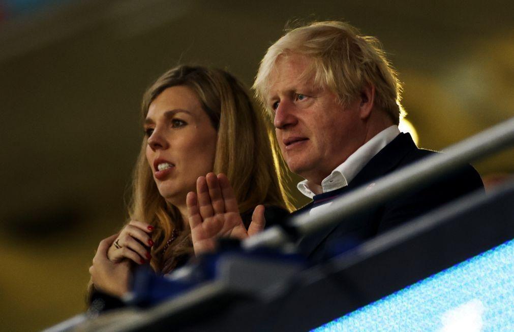 Boris Johnson quer autores de insultos racistas fora dos estádios