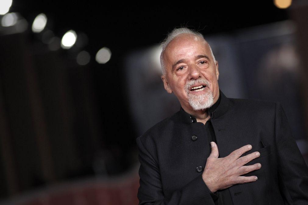 Escritor Paulo Coelho decide apoiar festival antifascista vetado pelo Governo do Brasil