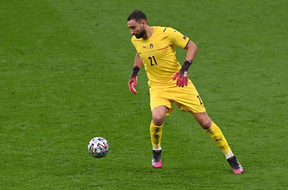 Guarda-redes italiano 'Gigi' Donnarumma assina pelo Paris Saint-Germain