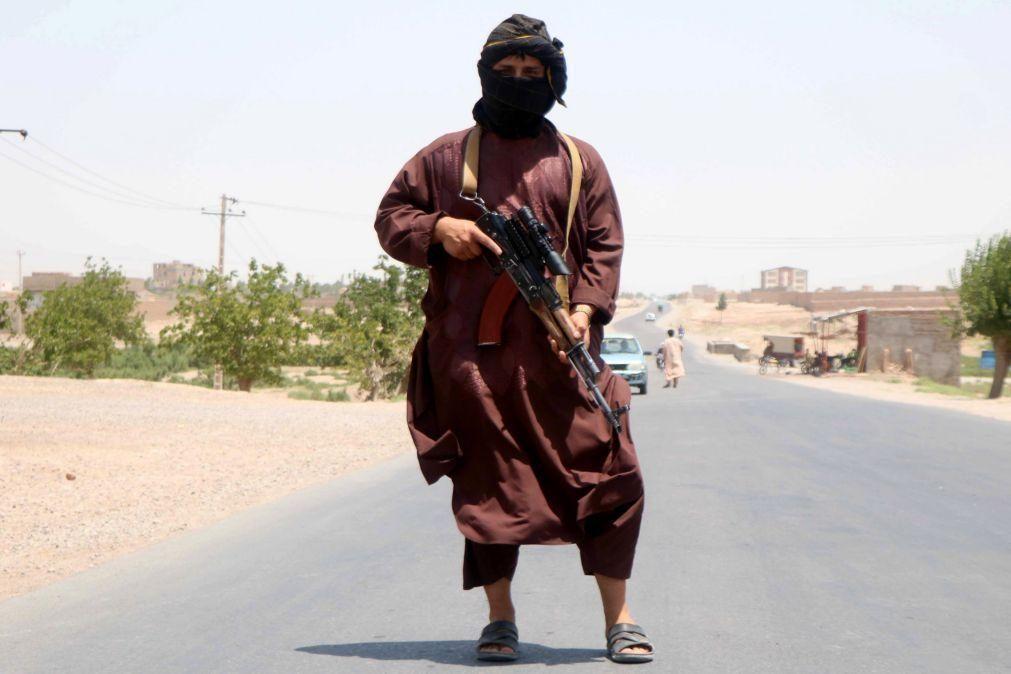 Afeganistão: Talibãs propõem três meses de trégua em troca da libertação de 7.000 prisioneiros