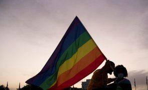 Grupo de 8 encapuzados ataca barbaramente jovem homossexual