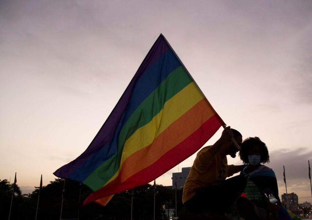Bruxelas abre processos de infração a Hungria e Polónia devido a direitos LGBTIQ