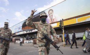 África do Sul: Ministra quer mais 25.000 militares para conter violência e pilhagens