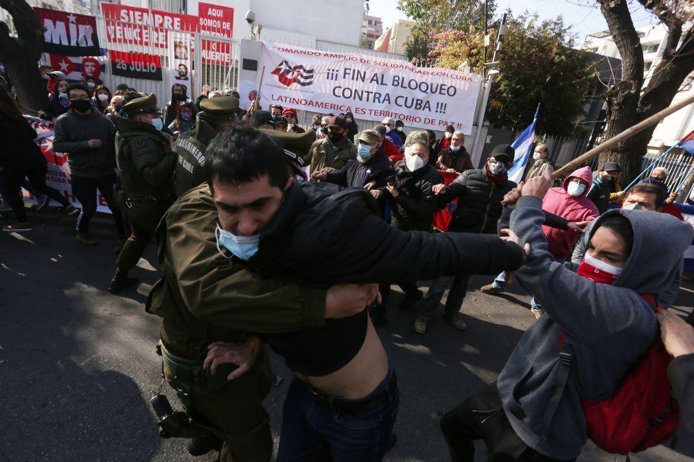 Centenas de cubanos envolvem-se em confrontos junto à Embaixada de Cuba no Chile