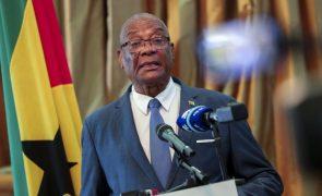 São Tomé/Eleições: Presidente pede