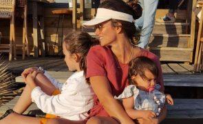 Cláudia Vieira mostra filhas vestidas de igual e fãs ficam derretidos