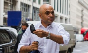 Covid-19: Ministro da Saúde britânico teve teste positivo apesar de vacinado
