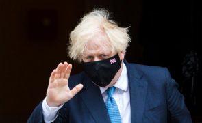 Covid-19: Boris Johnson pede cautela aos britânicos na véspera de levantamento de restrições