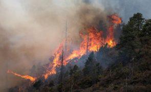 Condições perigosas complicam o combate a incêndios no oeste dos EUA