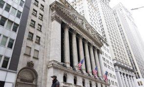 Wall Street segue em terreno negativo e preço do petróleo também cai