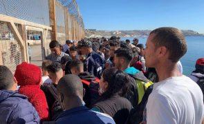 Centenas de marroquinos fazem colapsar fronteira de Ceuta com pedidos de asilo