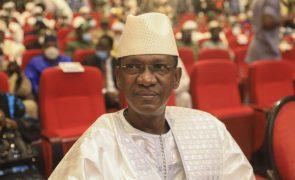 Presidente de transição do Mali sofre tentativa de ataque com faca