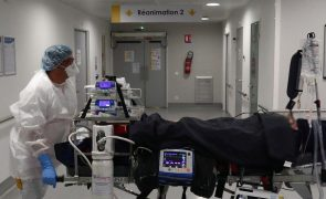 Covid-19: Casos explodem em França, mas hospitalizações continuam a descer