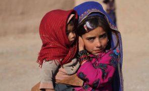 Trinta ONG pedem à UE para suspender expulsão de migrantes afegãos