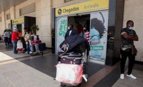 Polícia angolana detém três pessoas no aeroporto com testes covid-19 falsificados