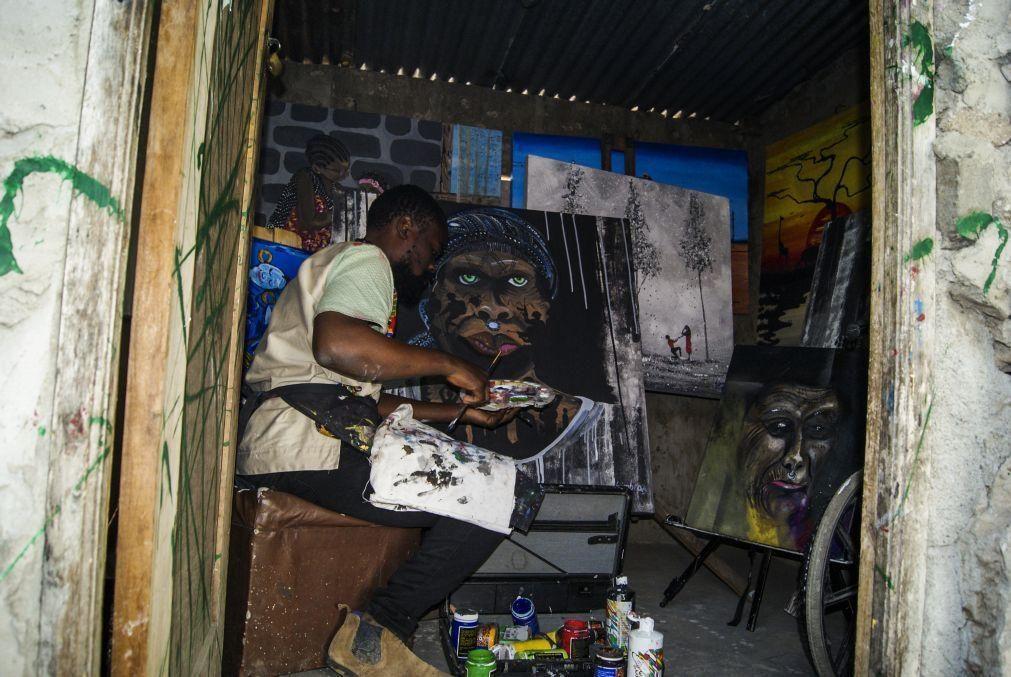 Covid-19: Pintor percorre seis quilómetros para vender obras numa das principais avenidas de Maputo