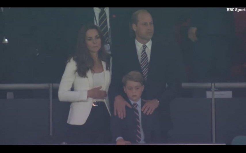 Príncipe George É consolado pelo pai após derrota de Inglaterra