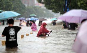 Cheias no centro da China levam à retirada de milhares de pessoas