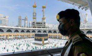Covid-19: Termina peregrinação a Meca sem casos entre os 60.000 fiéis