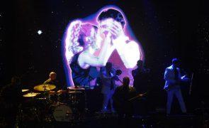 Tony Carreira dá concerto para plateia recheada de estrelas.
