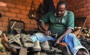 Tito, a sandália 'low cost' feita de pneus usados no centro de Moçambique