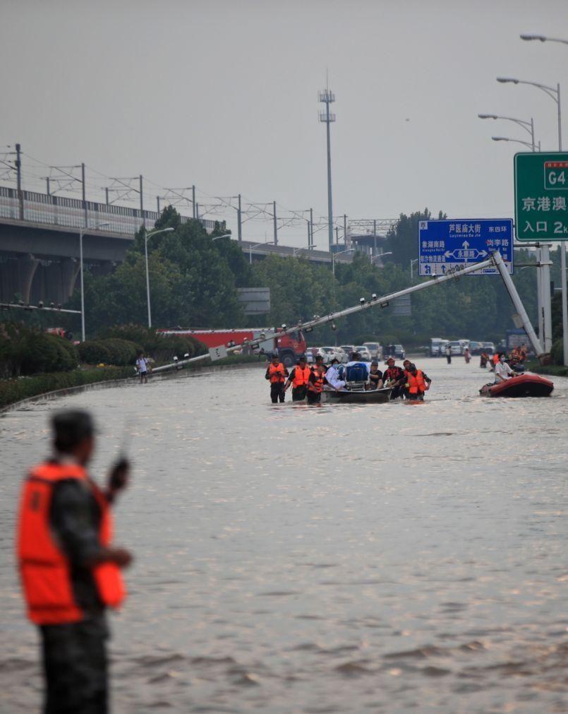 Número de mortes nas inundações no centro da China sobe para 56