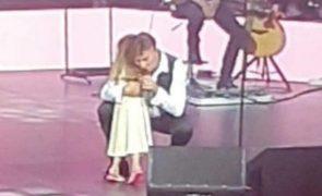 Neta de Tony Carreira surpreende o cantor e sobe ao palco durante concerto