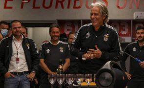 Veja as fotos da festa de aniversário de Jorge Jesus no balneário do Benfica