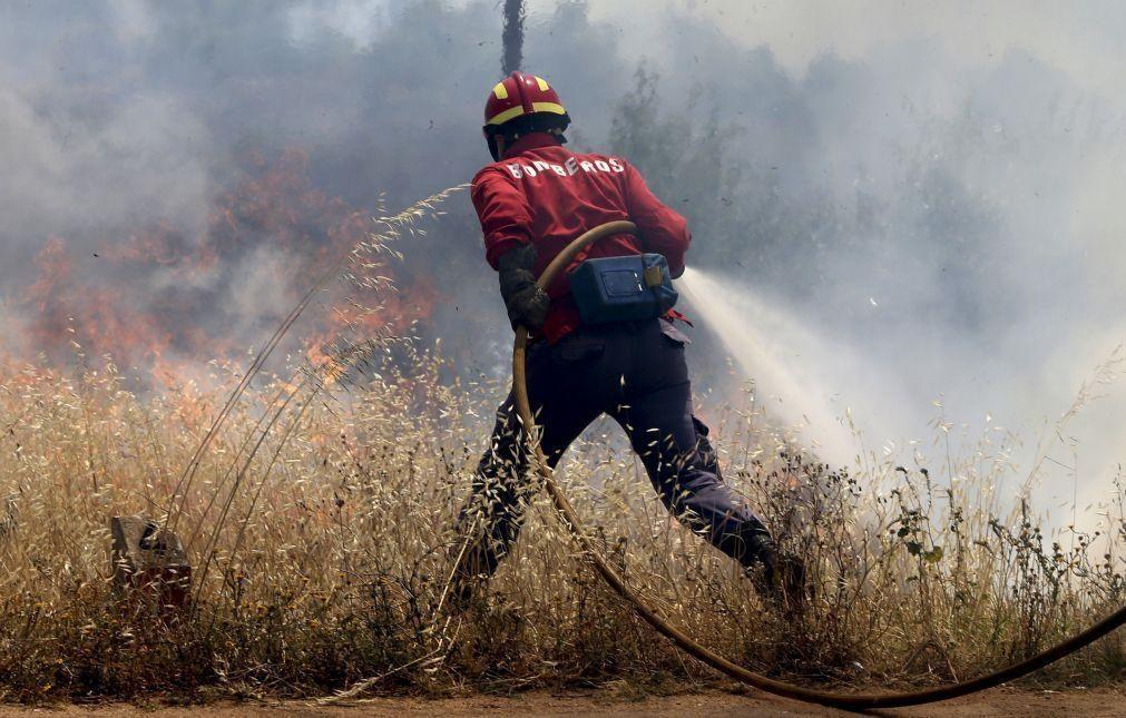 Mais de 80 operacionais e quatro meios aéreos combatem fogo em Santiago do Cacém