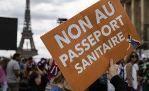 Covid-19: Milhares manifestam-se em França contra novas medidas de controlo
