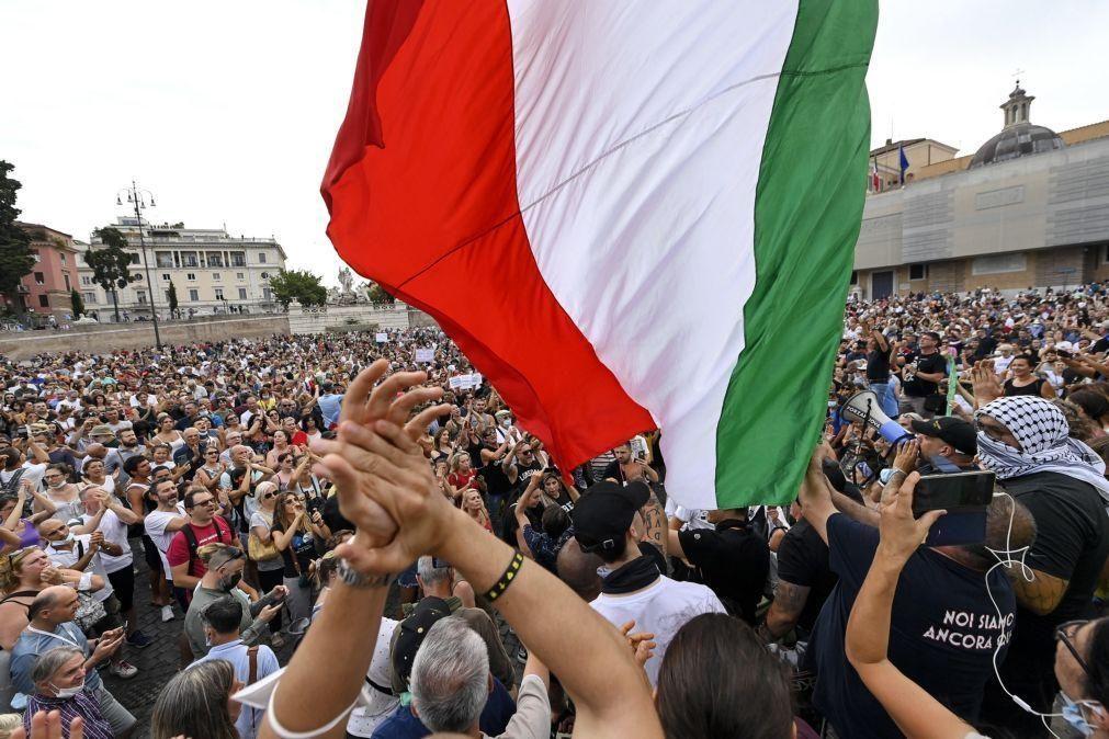Covid-19: Milhares protestam em Itália contra