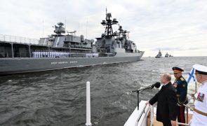 Putin congratula-se pelo poder militar da Rússia durante desfile naval em S. Petersburgo